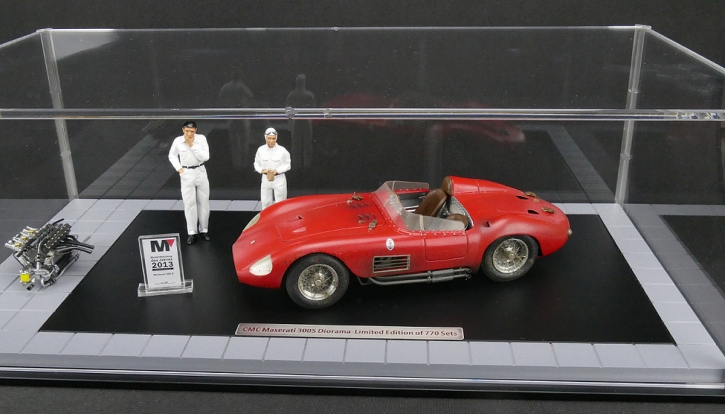 CMC Bundle Maserati 300S Dirty Hero ® Inklusive Motor, 2 Figuren, Miniaturversion des Modell-Awards und exklusiver Vitrine