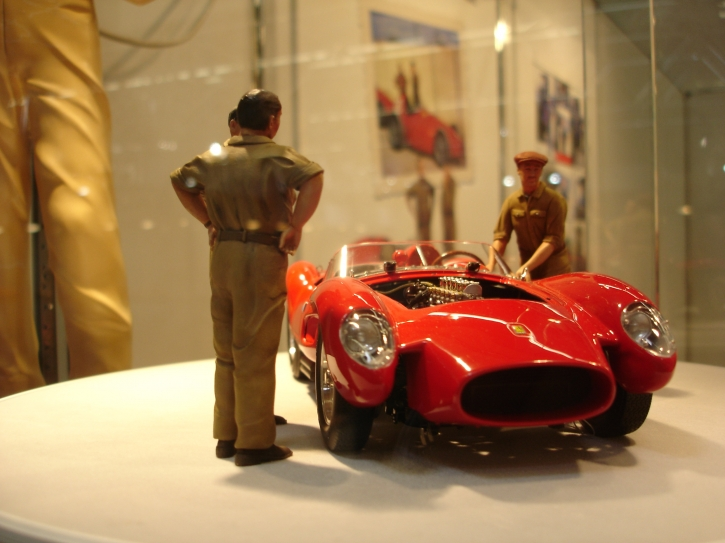 Figutec Set 3 Ferrari Rennmechaniker Figuren 1:18, schiebend u. diskutierend