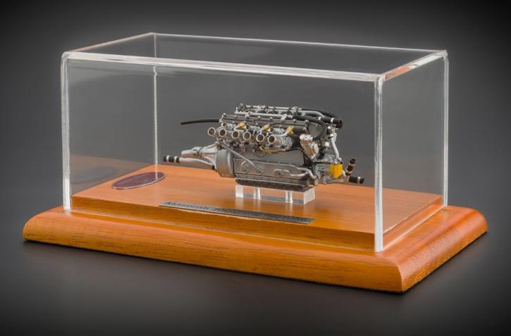 CMC Maserati 300S Motor mit Vitrine