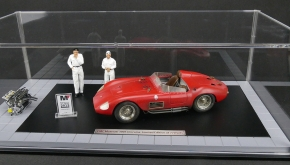 CMC Bundle Maserati 300S Dirty Hero ® Including Engine, 2 Figurines, Miniature Award and exclusive Showcase
